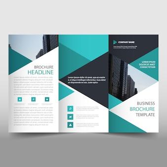 Plantilla verde de folleto de negocios tríptico con formas triangulares