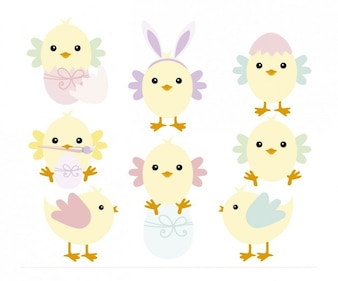 Polluelos que juegan con los huevos