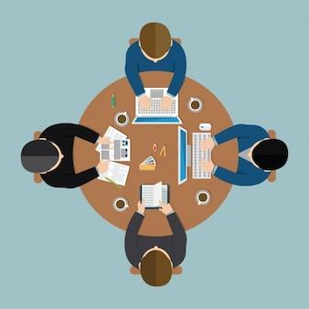 Reunión de negocios con cuatro trabajadores