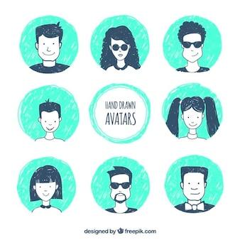 Set con diferentes avatares dibujados a mano