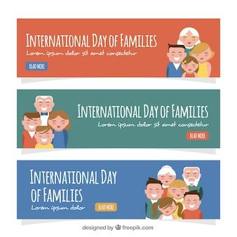 Set de tres banners de colores con familias sonrientes