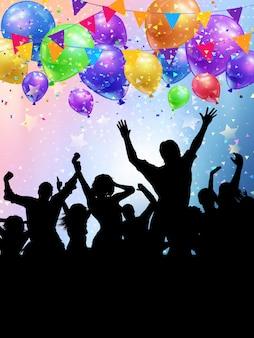 Siluetas de personas de fiesta en un fondo de globos y confeti