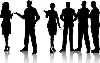 Siluetas de un grupo de gente de negocios que tienen conversaciones
