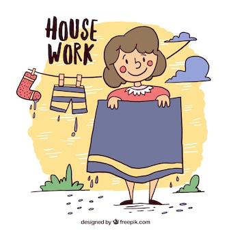 Simpática mujer tendiendo su ropa