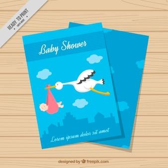 Simpática tarjeta azul de bienvenida de bebé con cigüeña