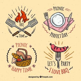 Simpáticas insignias dibujadas a mano de barbacoa y picnic