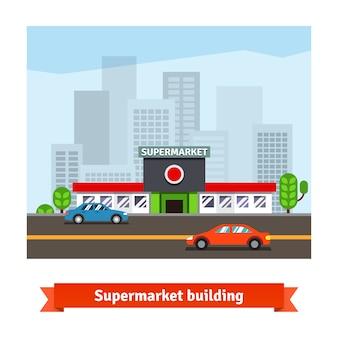 Supermercado de carretera y paisaje urbano de fondo