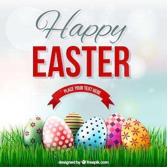 Tarjeta de Pascua con huevos decorados en la hierba