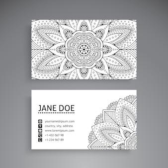 Tarjeta de visita blanco y negro con concepto de mandala