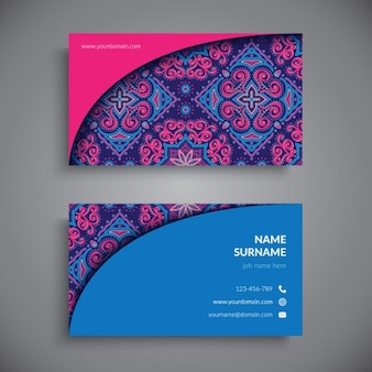 Tarjeta de visita decorada con mandalas azules, púrpuras y rosas