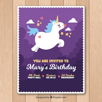 Tarjeta morada de cumpleaños con unicornio volando