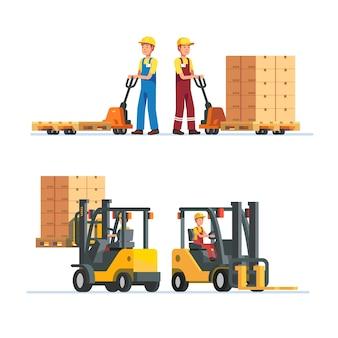 Trabajadores de almacén trabajando con montacargas