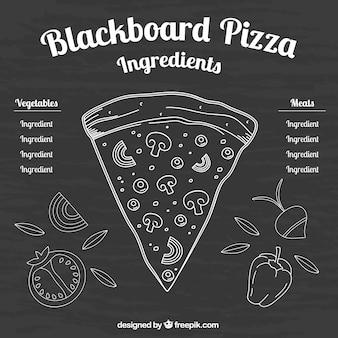Trozo de pizza en una pizarra con ingredientes