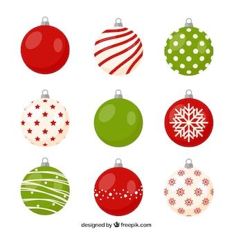 Variedad de bolas de navidad con bonitos diseños