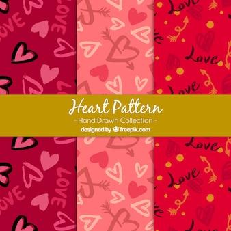 Varios patrones dibujados a mano con corazones bonitos y flechas