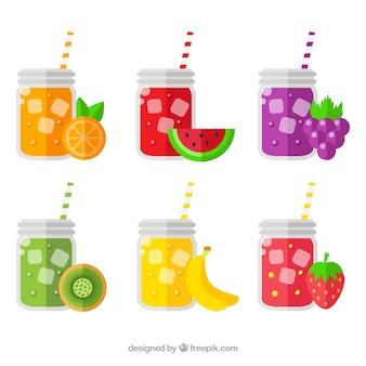 Auswahl von sechs Gläsern mit Fruchtsäften und Strohhalmen