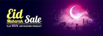 Eid Mubarak Verkauf mit Flat 50% Rabatt. Kreative Social Media Banner Design mit Illustration der betenden islamischen Menschen vor der Moschee in Mondschein Nacht.