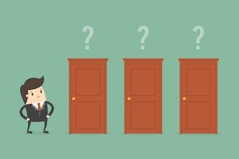 Geschäftsmann, der eine Tür wählt