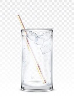 Glasbecher mit Wasser, Eiswürfel und Stroh