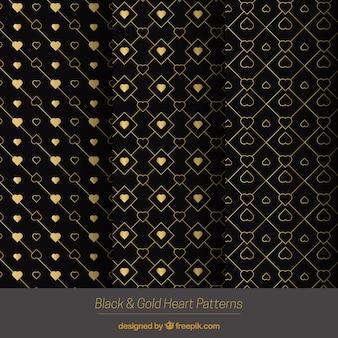Goldene Muster mit dekorativen Herzen