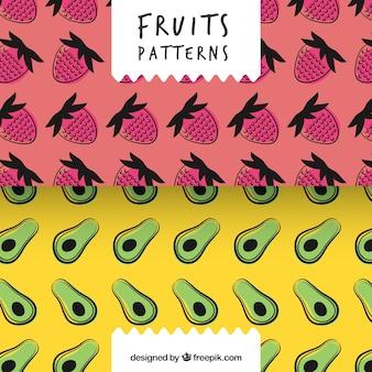 Hand gezeichnete Muster von Erdbeeren und Avocados