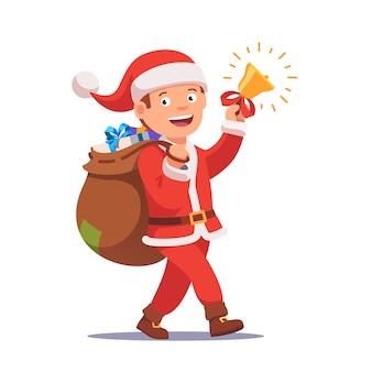 Kleiner Junge, der wie der Weihnachtsmann gekleidet ist