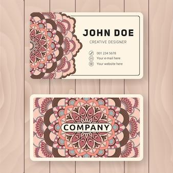 Kreativer nützlicher Firmennamen Kartenentwurf. Vintager farbiger Mandalaentwurf für persönliche Namenskarte, Visitenkarte oder Umbau.