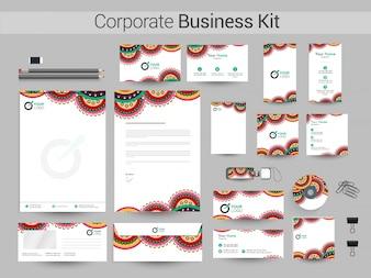 Künstlerisches Corporate Business Kit mit Blumenmuster.