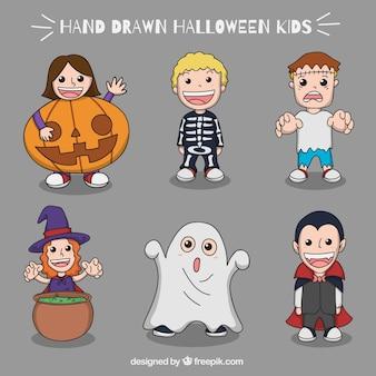 Lächelnde Kinder mit großen Halloween-Kostüme