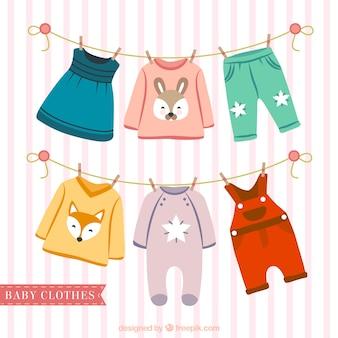 Nette Baby-Kleidung hängt an einem Seil