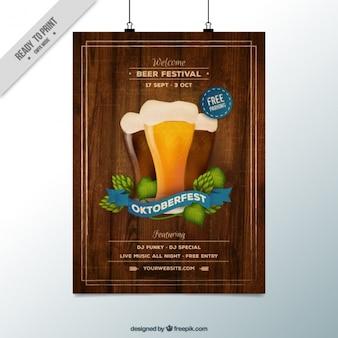 Oktoberfest-Plakat mit einem hölzernen Hintergrund