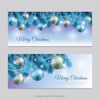 Realistische Banner mit Weihnachtskugeln