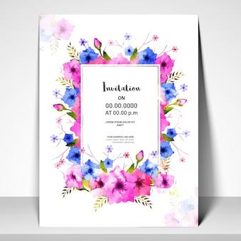 Rosa und blaue Blumen verziert Einladungskarte.