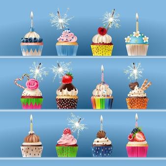 Sammlung von festlichen Cupcakes mit Wunderkerzen und Kerzen.