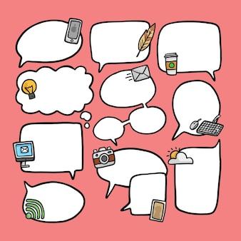 Satz von Dialogballons mit handgezeichneten Elementen