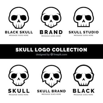 Set von fantastischen Logos mit schwarzen Schädeln