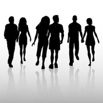 Silhouetten der Paare zu Fuß