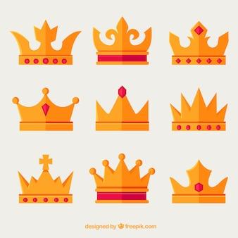 Sortiment von goldenen Kronen mit roten Edelsteinen