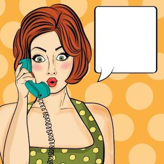 Überrascht Pop-Art-Frau auf Retro-Telefon Comic Frau mit Sprechblase Pin up Mädchen im Chat