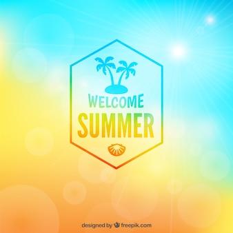 Willkommen Sommer Abzeichen auf unscharfen Hintergrund