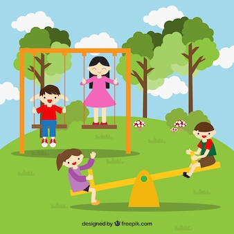 Amigos de sorriso que têm o divertimento no parque