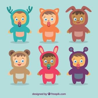 Babys agradáveis com belos trajes