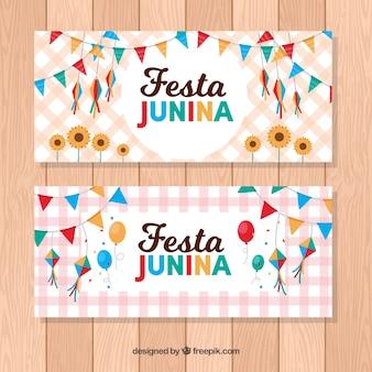 Bandeiras quadriculadas com elementos de festa