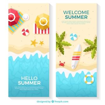 Banners de praia com variedade de itens planos
