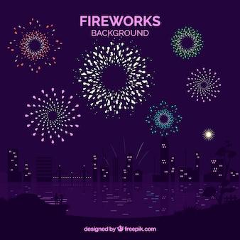 Belo fundo da cidade com fogos de artifício
