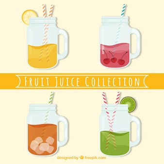 Bloco de quatro sucos de frutas com palhas
