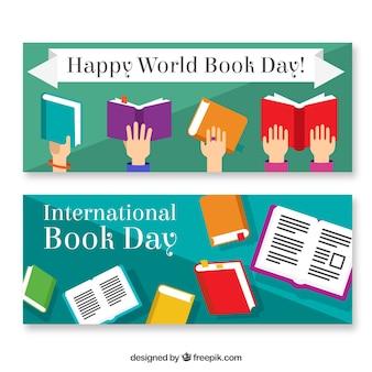 Boas banners Dia Mundial do Livro com as mãos e os livros coloridos