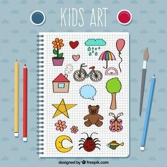 Caderno com desenhos miúdo e lápis