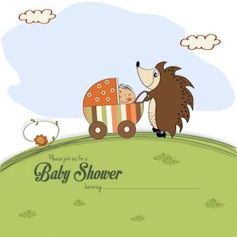 Cartão do chuveiro de bebê com um ouriço que empurra um carrinho de criança com o bebê