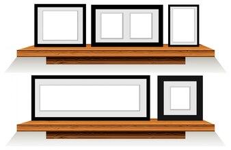 Cinco quadros em prateleiras de madeira